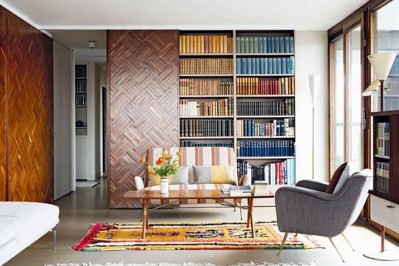 Pengaturan warna sampul buku pada rak buku (Sumber: houseandgarden.co.uk)