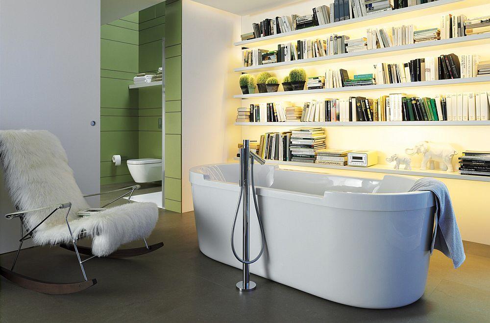 Perpustakaan mini dalam kamar mandi (Sumber: decoist.com)