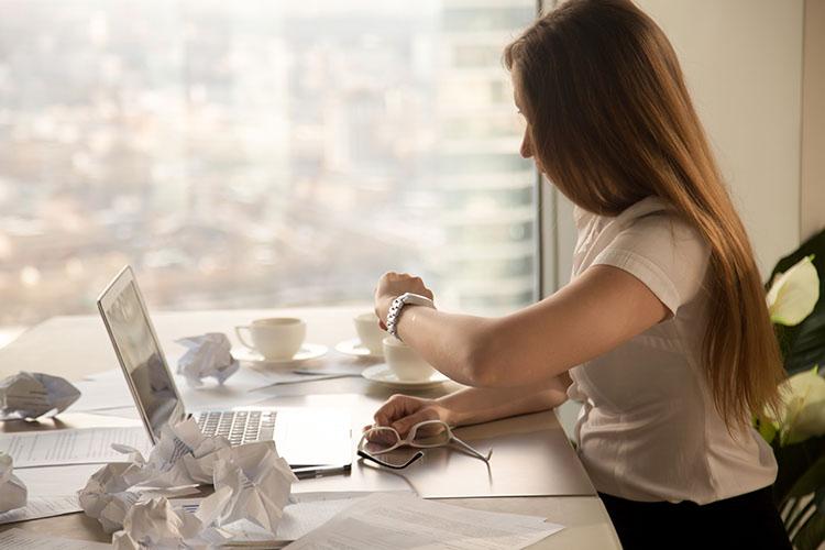 Menunggu proyek yang tak kunjung selesai sesuai jadwal bisa menimbulkan frustrasi (Sumber: freepik.com)