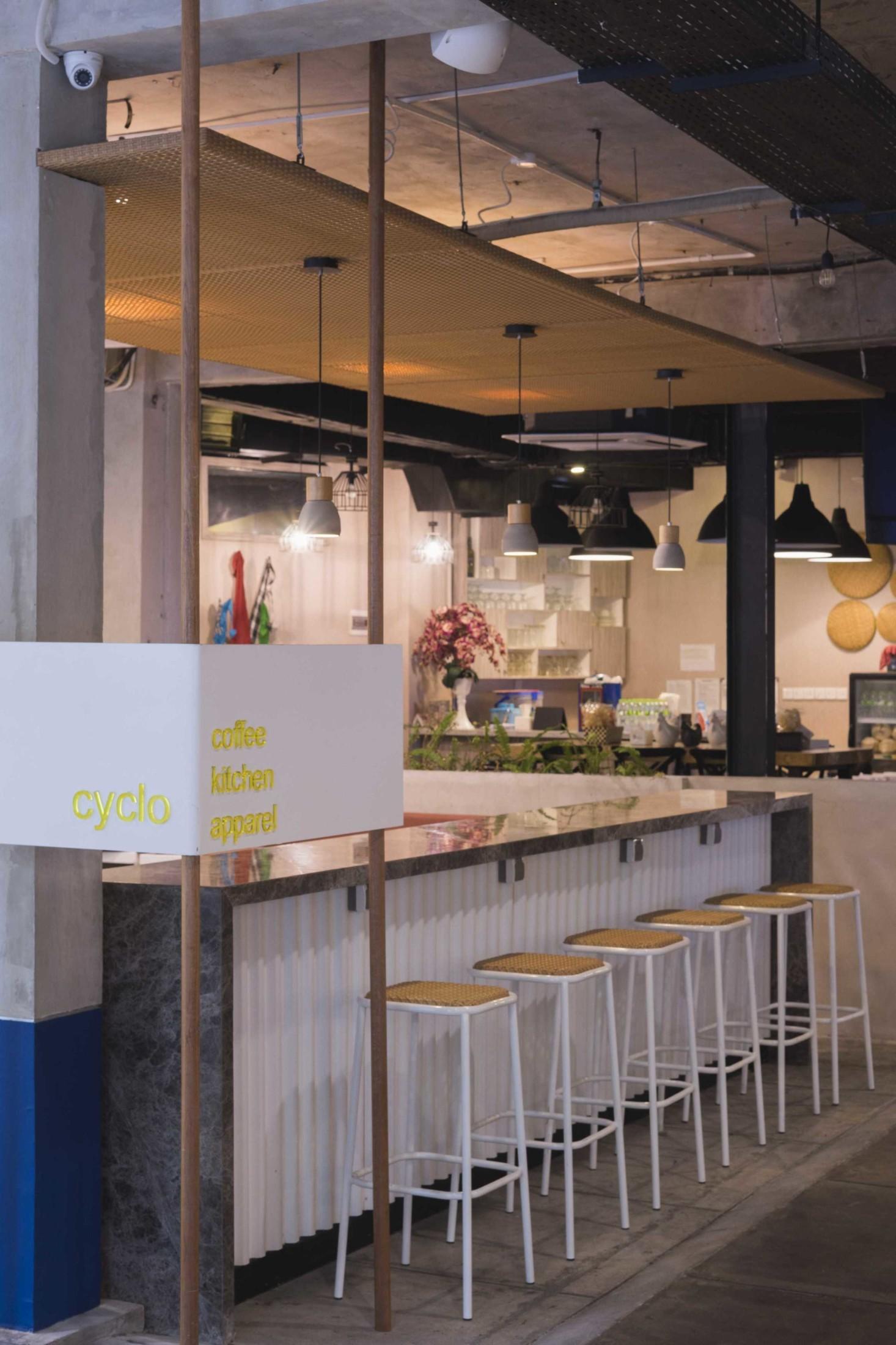 Lampu-lampu gantung industrial untuk menerangi area duduk (Sumber: arsitag.com)