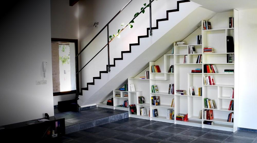 Rak buku di bawah tangga (Sumber: bycns.com)