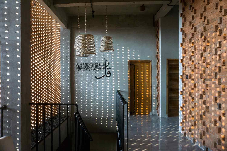 Sistem pencahayaan dengan penataan dinding batu bata, viaarchdaily.com