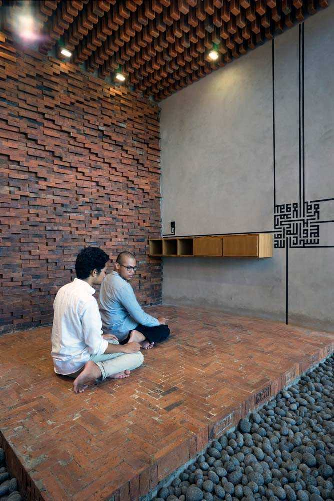 Motif batik parang pada dinding bata musala, via archdaily.com