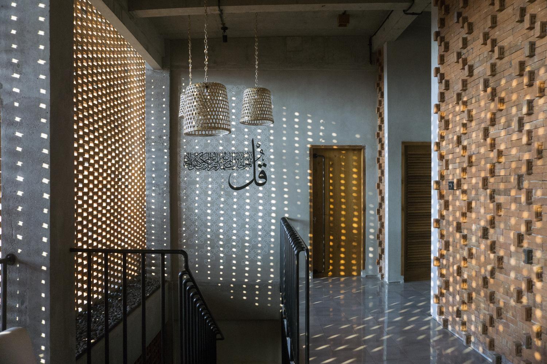 Sistem pencahayaan dengan penataan dinding batu bata (Sumber: archdaily.com)