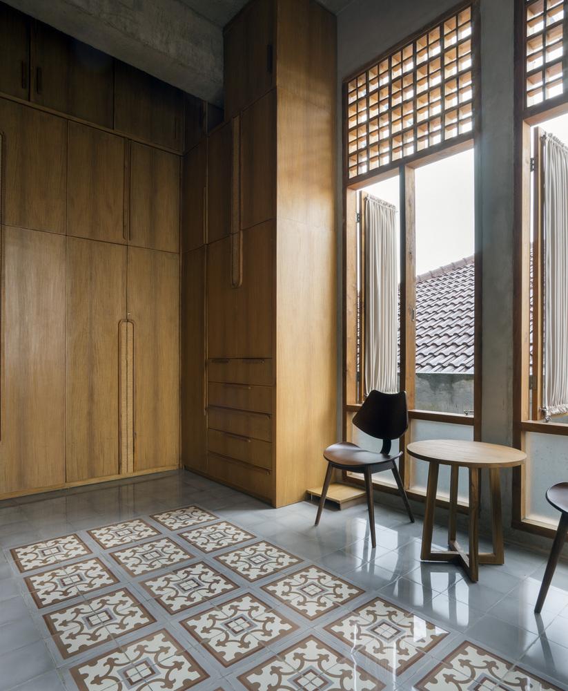 Jendela kaca besar untuk sistem sirkulasi udara dan cahaya matahari (Sumber: archdaily.com)