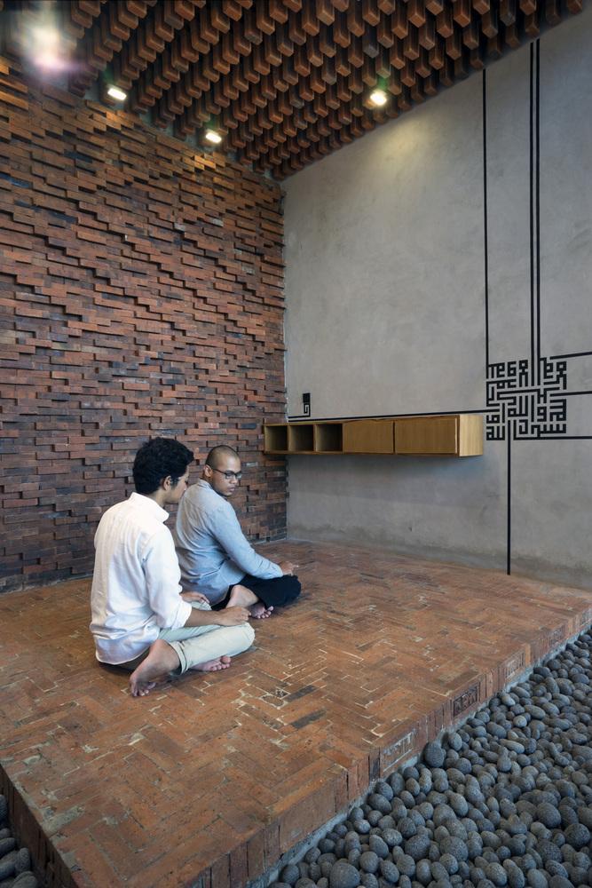 Motif batik parang pada dinding bata musala (Sumber: archdaily.com)