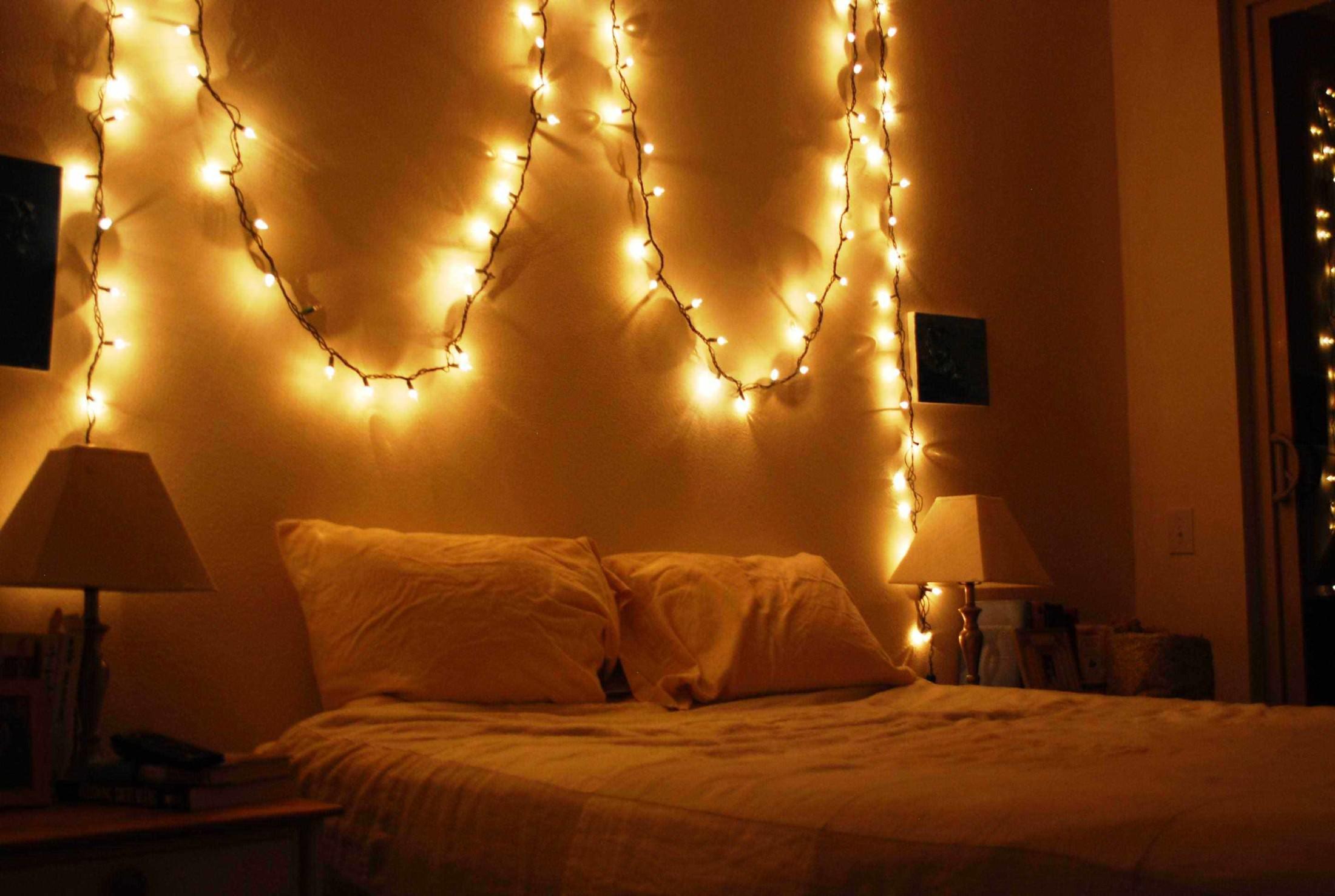 Manfaatkan lampu sebagai dekorasi untuk mengatur mood di dalam kamar (Sumber: kaodim.sg)