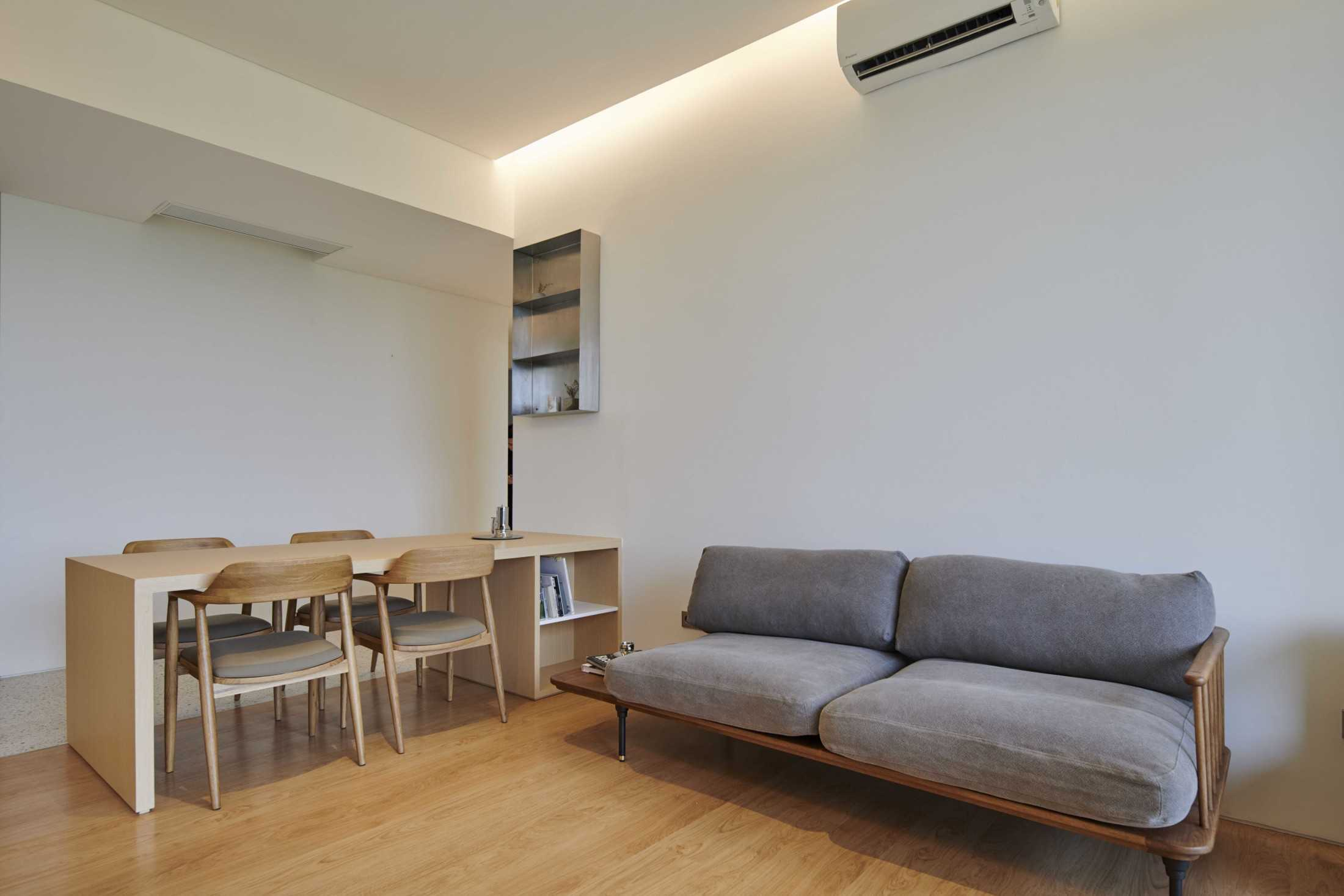 Furnitur dengan warna natural dan elegan, proyek Marigold Apartment karya Design Donk (Sumber: arsitag.com)