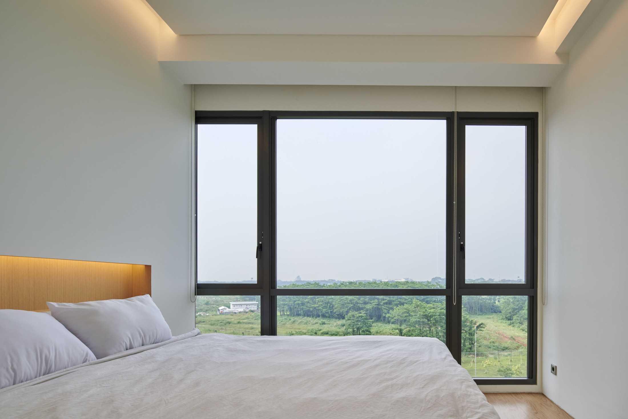 Jendela besar untuk sirkulasi udara dan pencahayaan Marigold Apartment karya Design Donk (Sumber: arsitag.com)