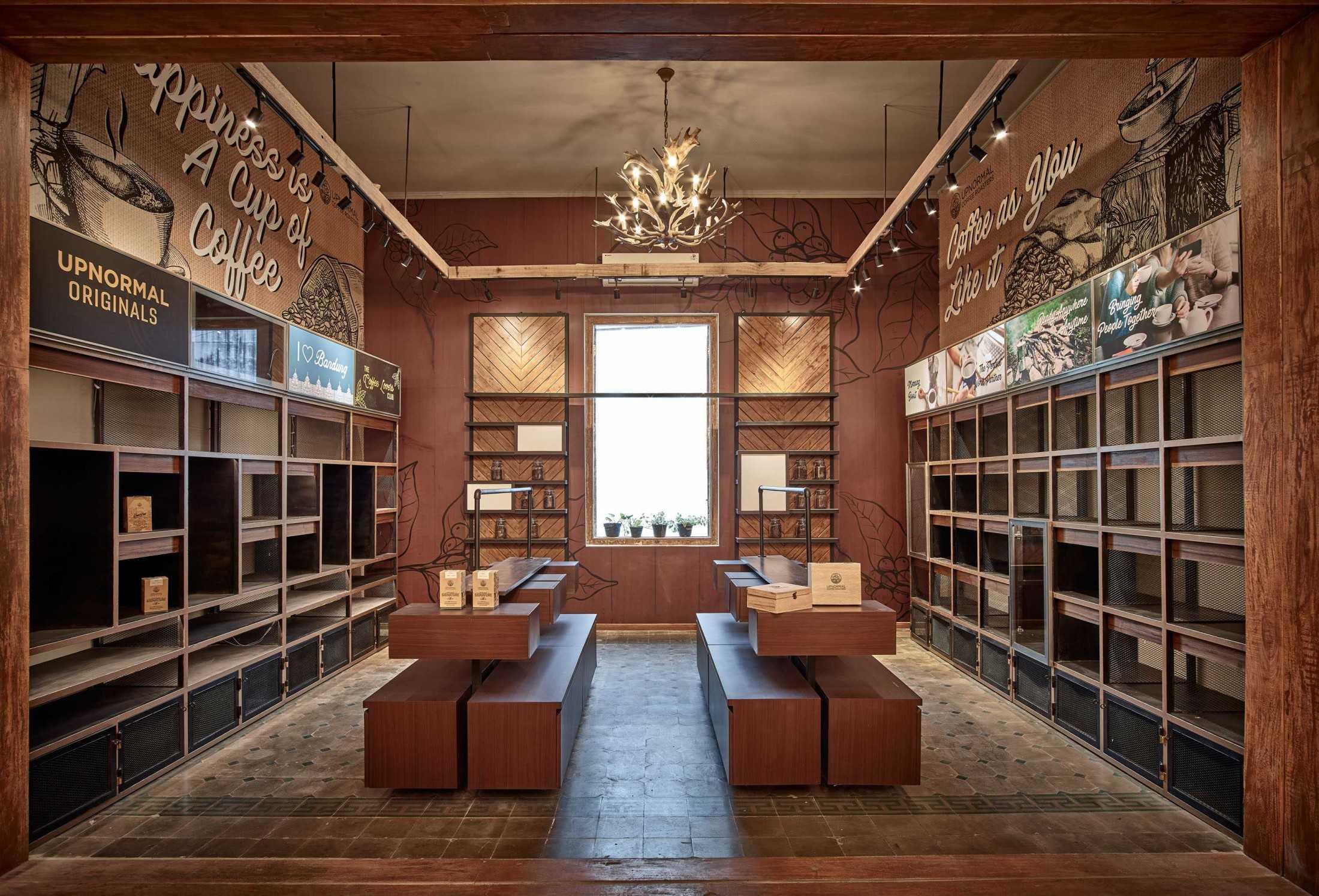 Desain interior kafe Upnormal Coffee Shop and Roastery karya Dinardithen Studio (Sumber: arsitag.com)