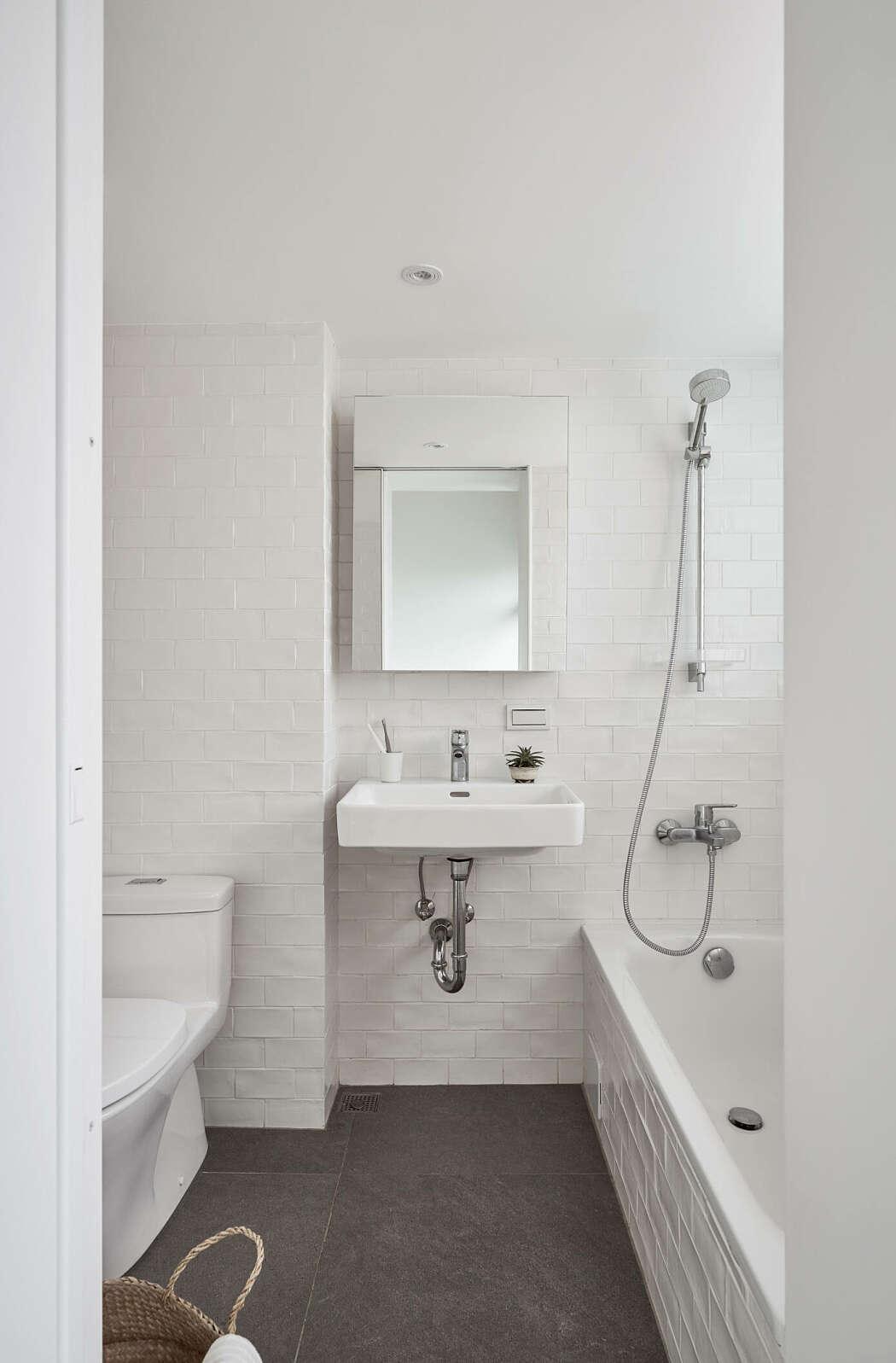 Desain kamar mandi serba putih (Sumber: freshome.com)