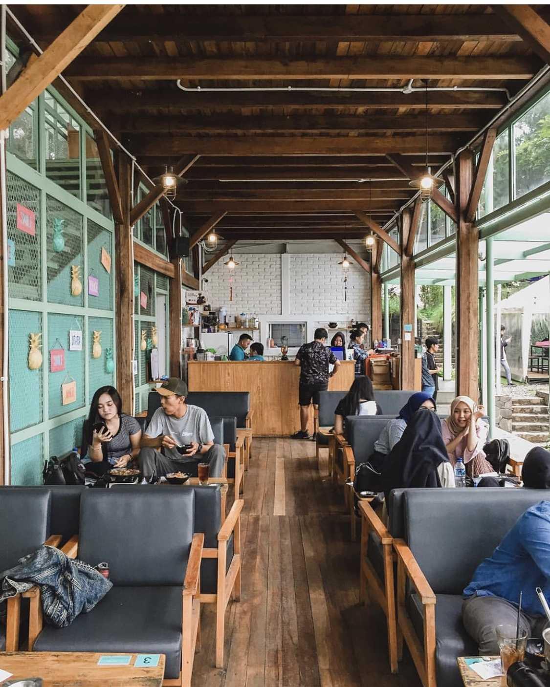 Desain interior kafe yang hangat dengan material kayu di Utara Café karya Wandi Uwa Krisdian (Sumber: arsitag.com)