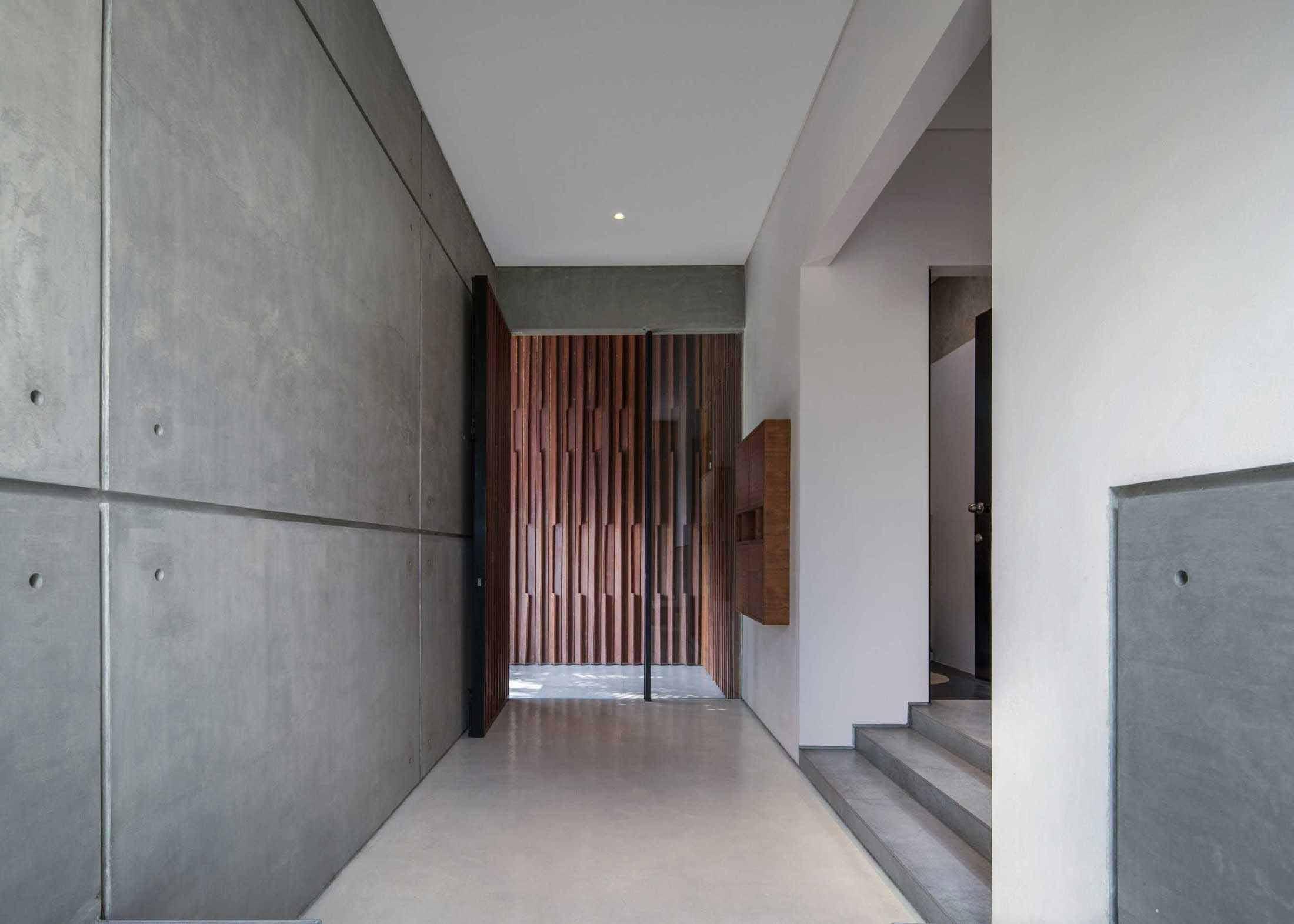 Bagian selasar rumah yang minimalis tanpa ada sentuhan dekorasi, viaarsitag.com
