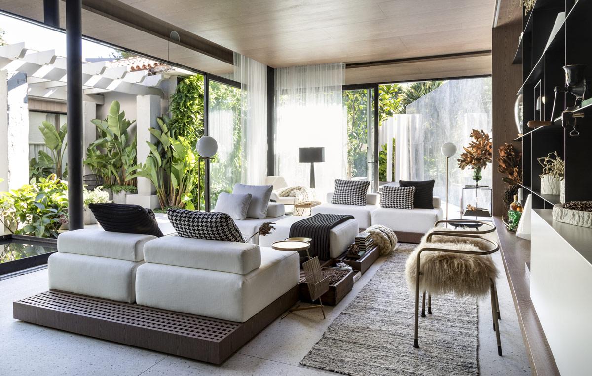 Ruang keluarga dengan pemandangan hijau di sekelilingnya (Sumber: home-designing.com)