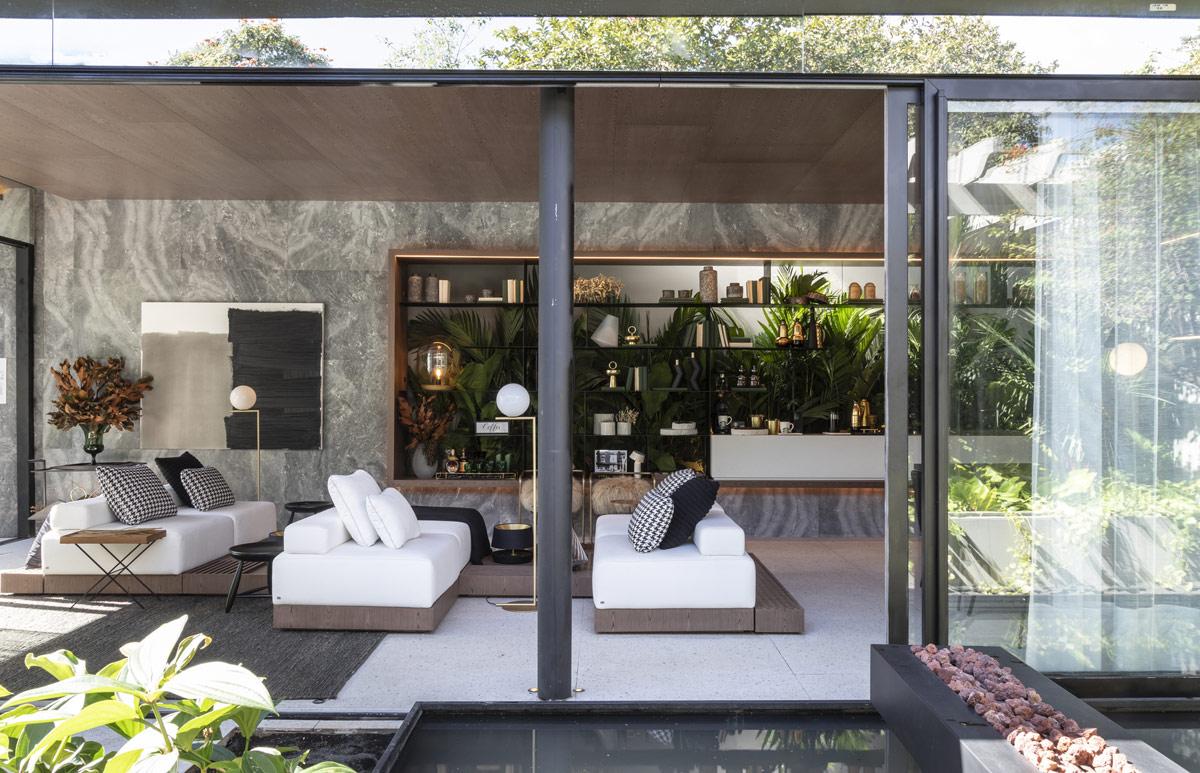 Penggunaan dinding kaca dan pintu kaca yang bisa digeser (Sumber: home-designing.com)