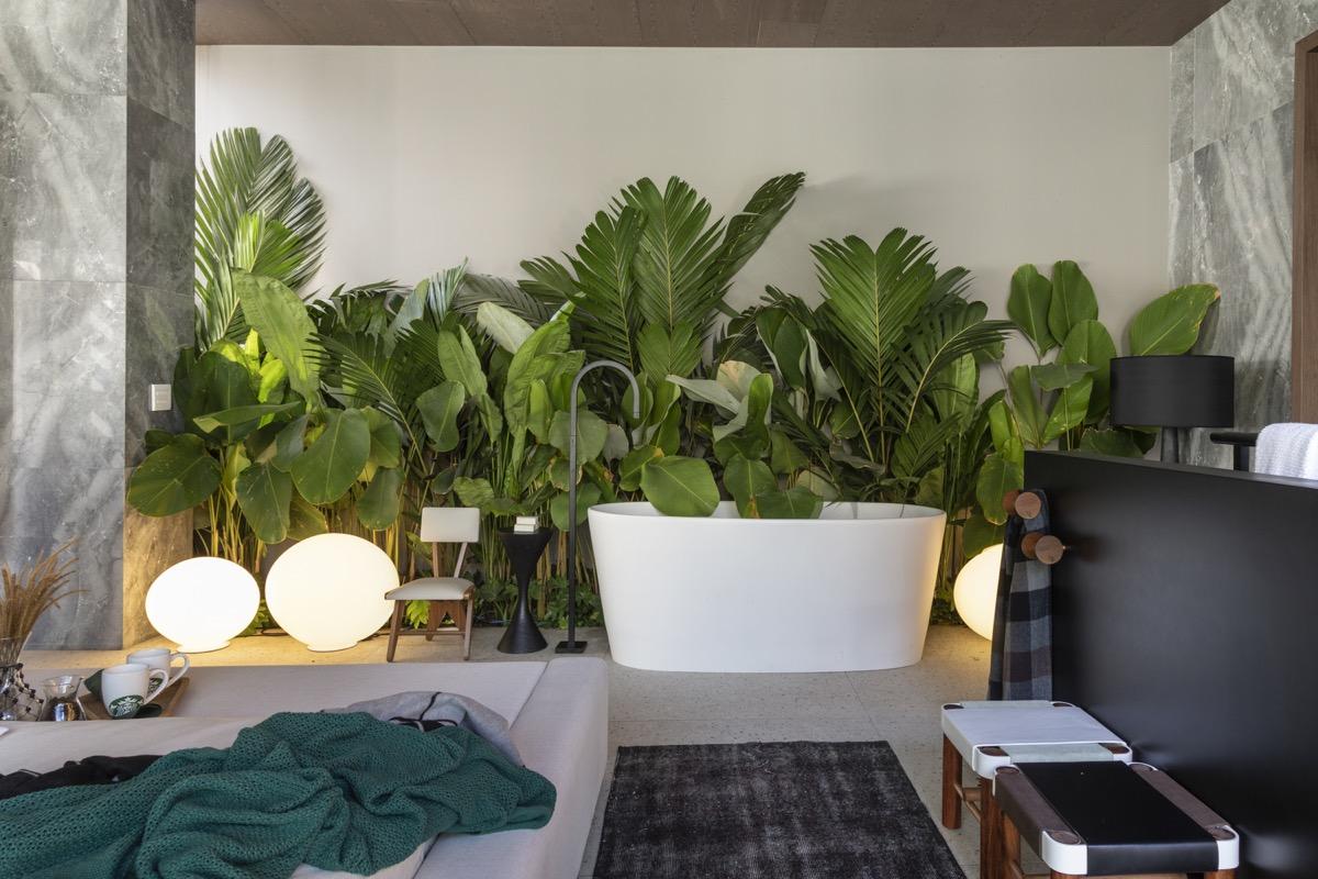 Bathtub terbuka di samping kamar tidur (Sumber: home-designing.com)