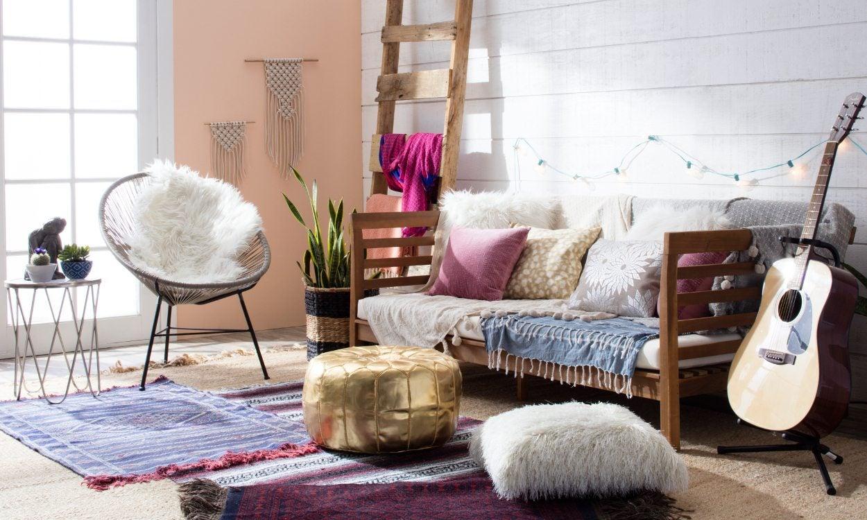 Dapatkan suasana cozy dengan desain boho-chic di ruang keluarga anda (Sumber: overstock.com)