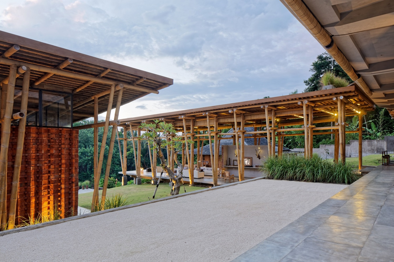 Penggunaan lantai beton pada hunian arsitektur bambu dan bata (Sumber: archdaily.com)
