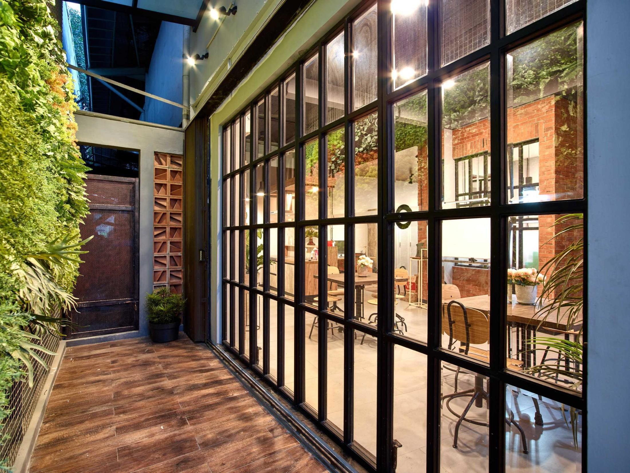 Fixed window bergaya glazing juga berperan sebagai dinding kaca Cirangrang Bandung Office karya Dinardithen Studio (Sumber: arsitag.com)
