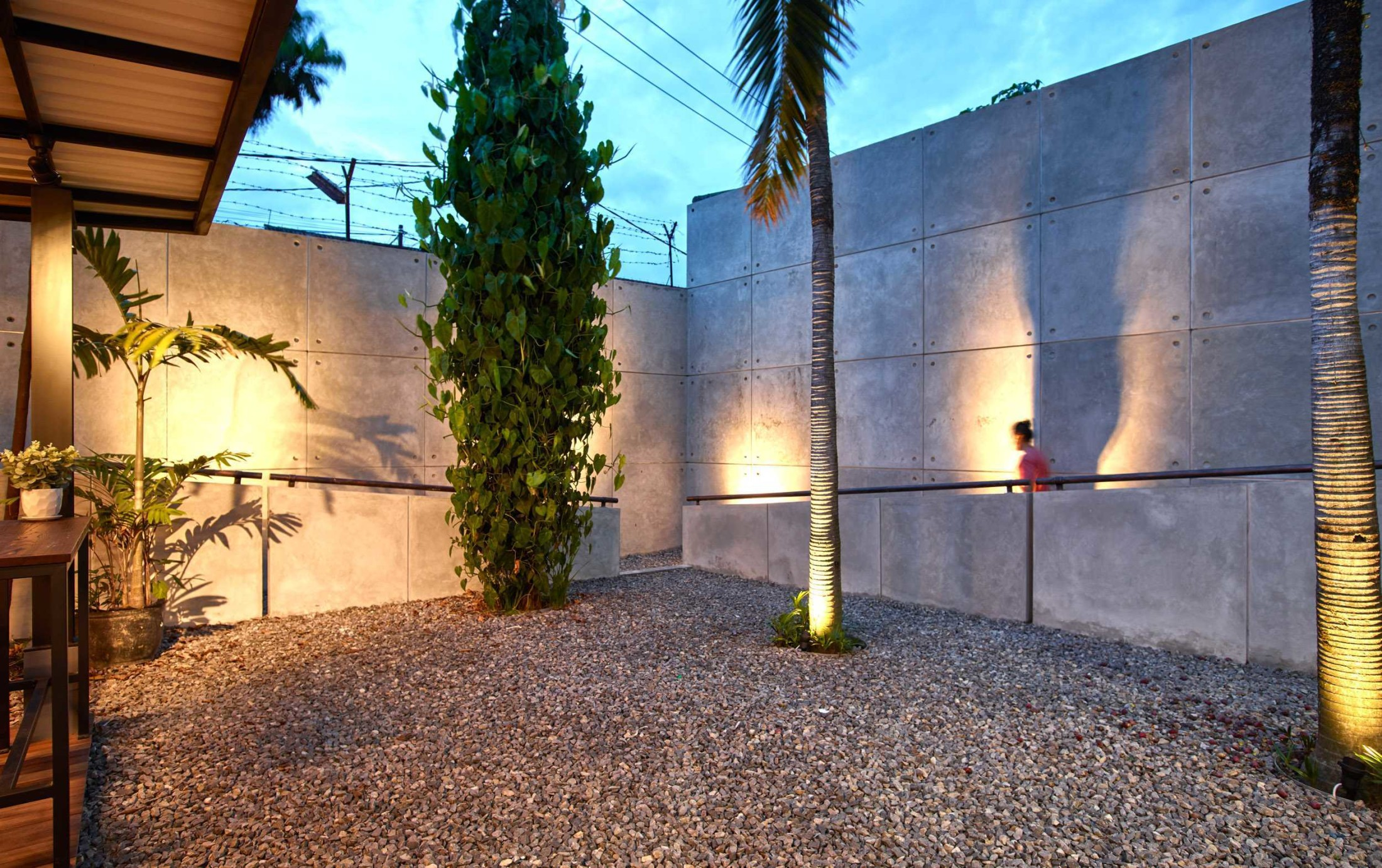 Taman kering dengan batu kerikil Cirangrang Bandung Office karya Dinardithen Studio (Sumber: arsitag.com)