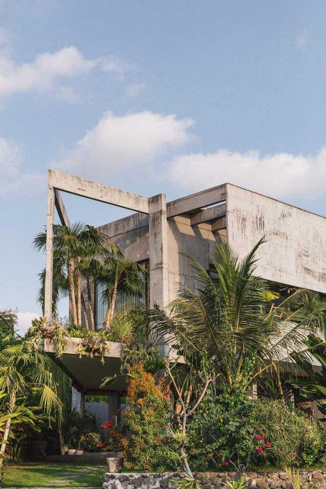 Susunan balok beton ekspos sebagai atap rumah, via archdaily.com
