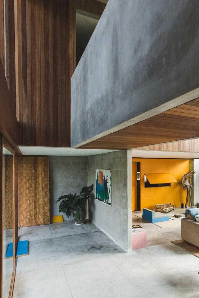 Lantai dan dinding beton polos halus untuk kesan industrial di bagian interior, via archdaily.com