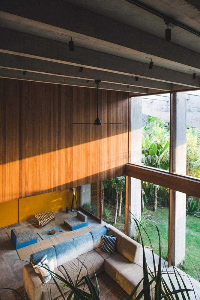 Dinding kaca untuk akses sinar matahari, via archdaily.com