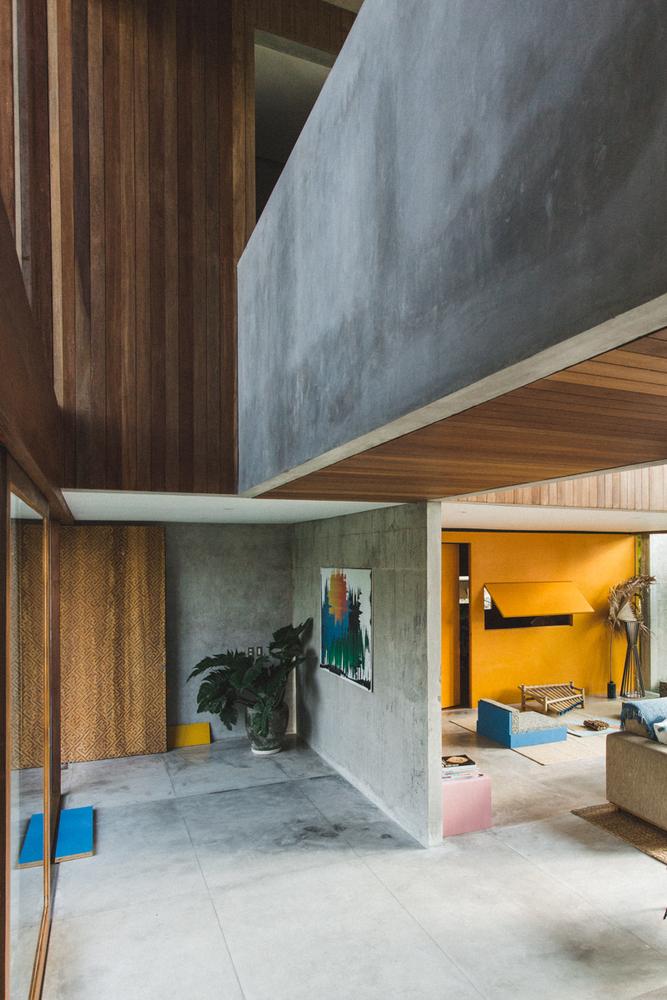 Lantai dan dinding beton polos halus untuk kesan industrial di bagian interior (Sumber: archdaily.com)