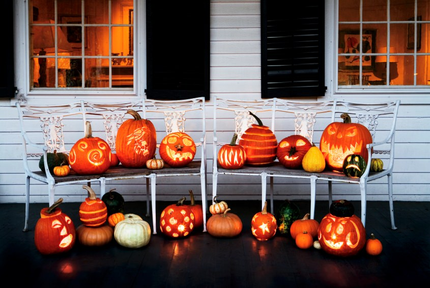 Jack-O-Lantern sebagai pajangan Halloween di rumah (Sumber: homecrux.com)