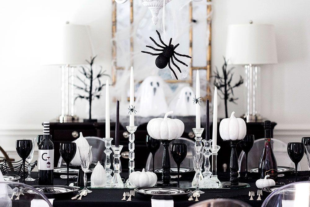 Menata meja makan dengan nuansa gelap (Sumber: elledecor.co)