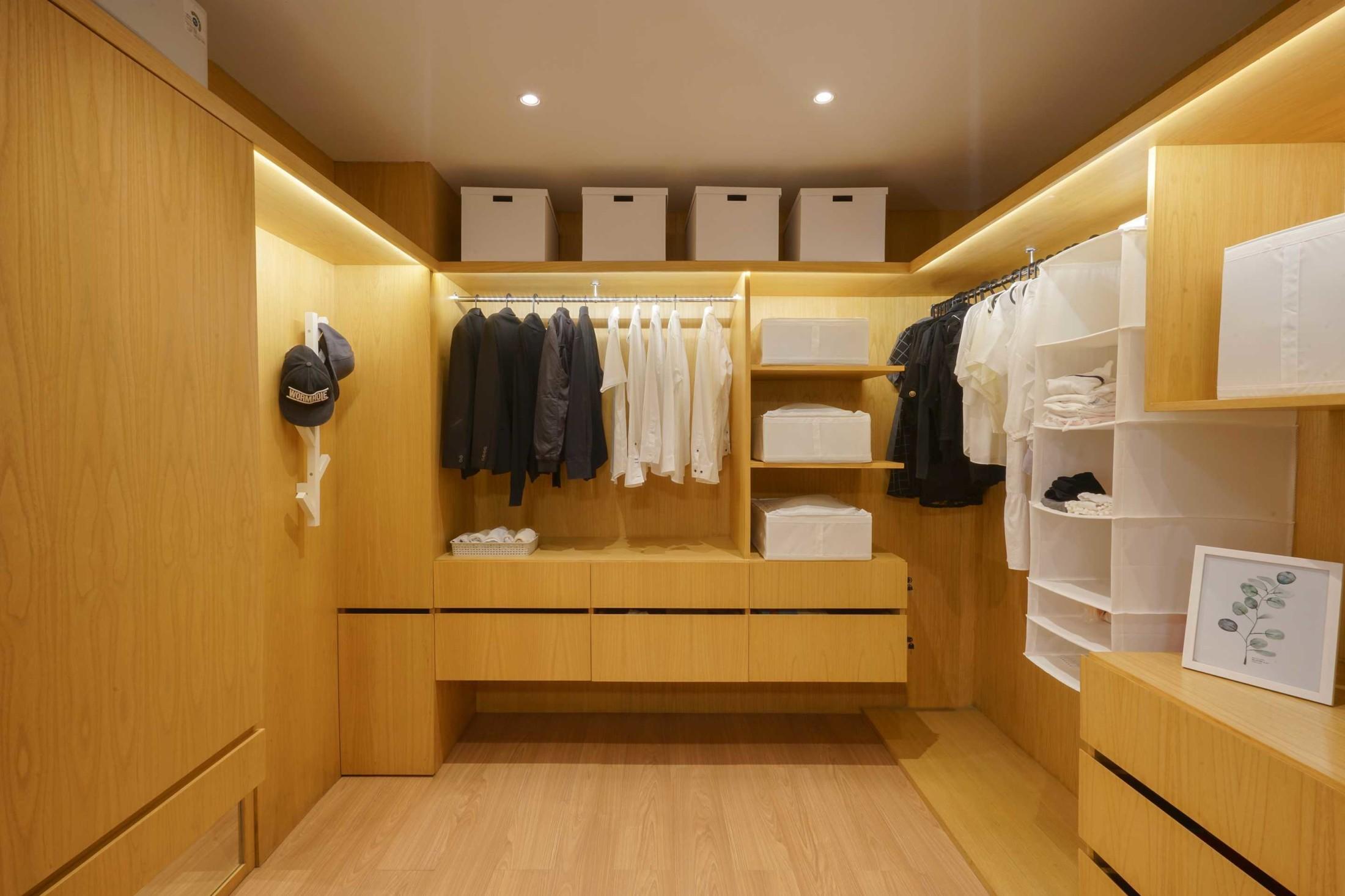 Manfaatkan perabotan untuk menampilkan garis-garis yang memperkuat kesan minimalis (Sumber: arsitag.com)