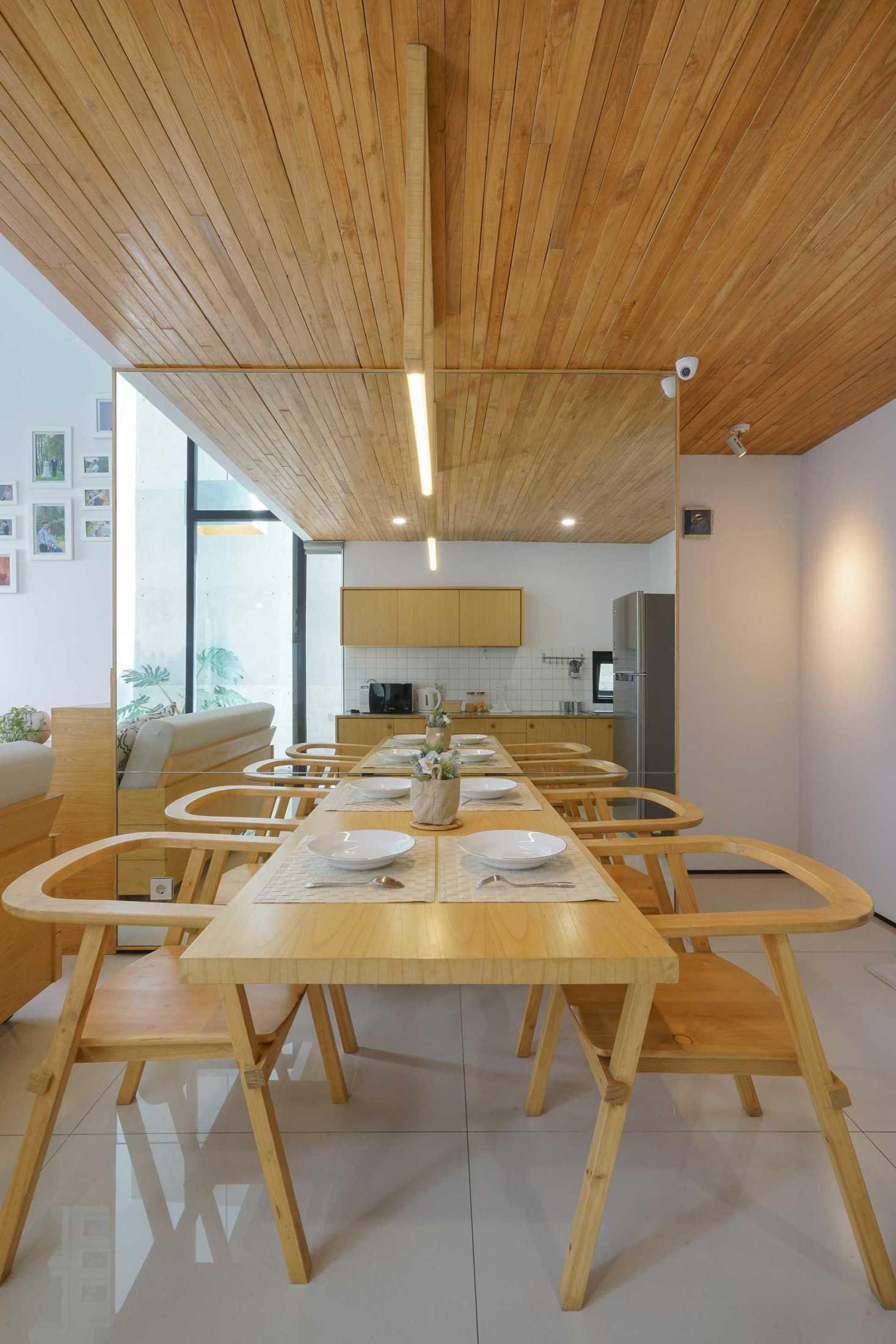Ruang makan mungil yang tampak lega (Sumber: arsitag.com)