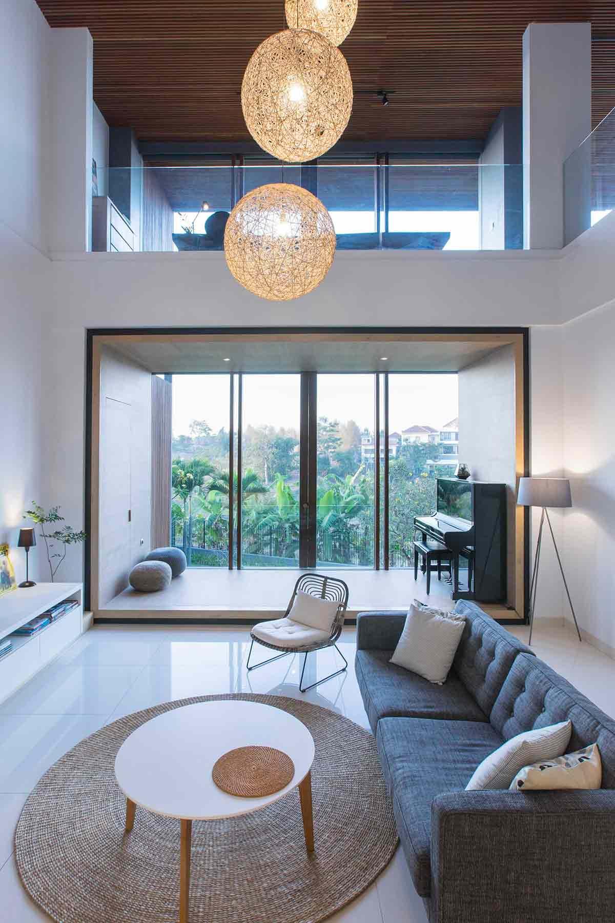 Ruang keluarga minimalis modern di Pitarani House (Sumber: Arsitag.com)