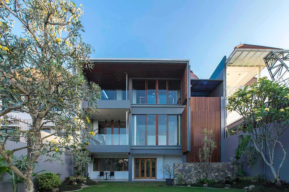 Desain Rumah Minimalis Modern Tiga Lantai Besutan Erwin Kusuma Yang Tampil Elegan Arsitag