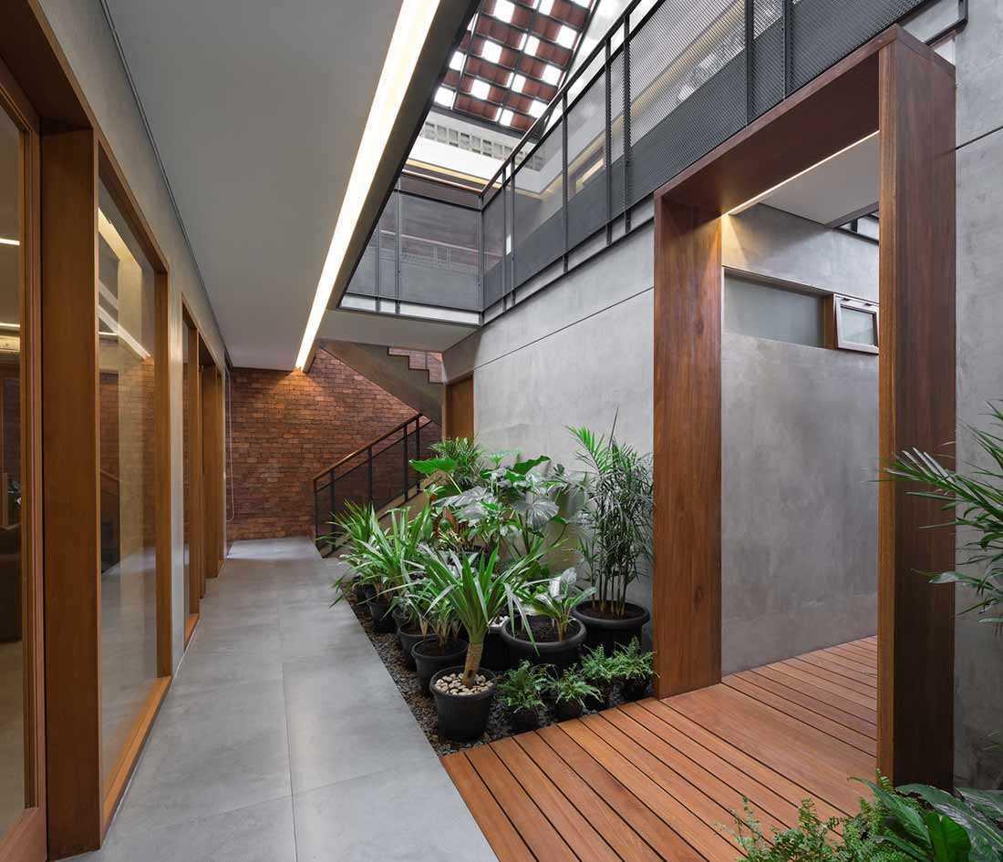 Perpaduan Kayu, Bata, dan Beton untuk Rumah Industrial ...