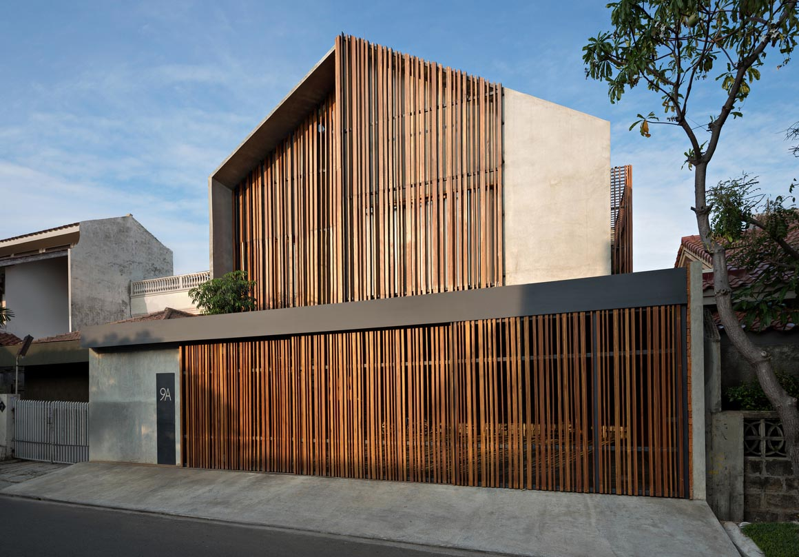 Kisi-kisi kayu untuk fasad rumah (Sumber: archdaily.com)