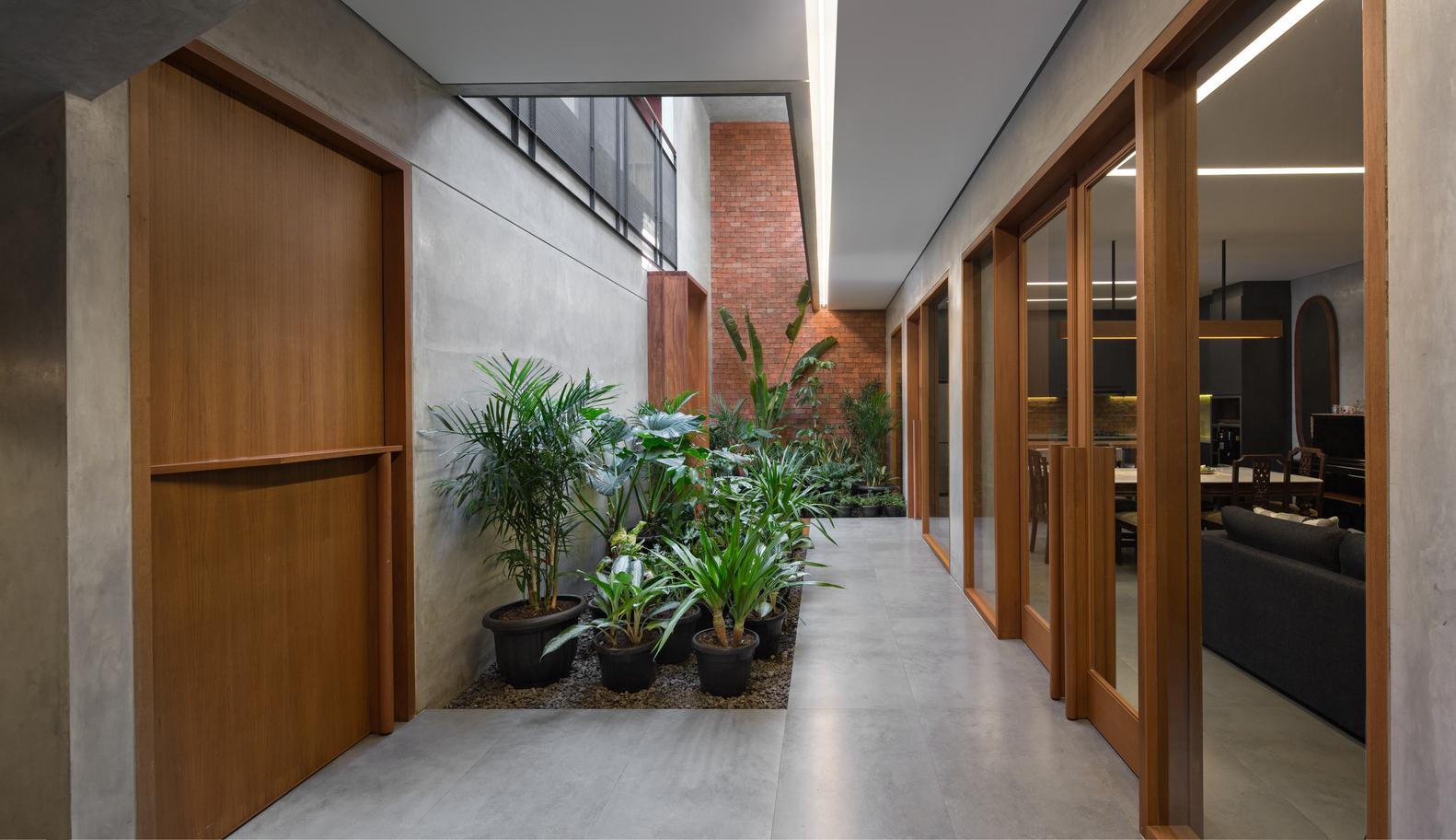 Taman kering di tengah rumah, Rumah Beton karya Parisauli Arsitek (Sumber: archdaily.com)