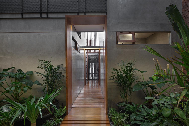 Selasar Rumah Beton karya Parisauli Arsitek (Sumber: archdaily.com)
