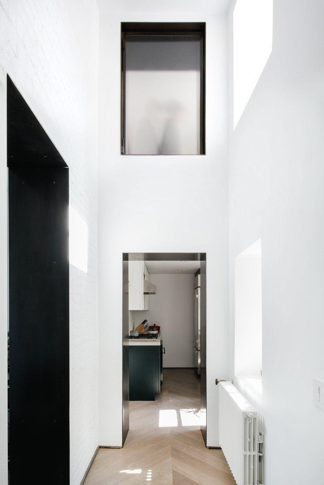 Dinding yang menjulang tinggi membuat ilusi ruangan terasa luas (Sumber: dwell.com)