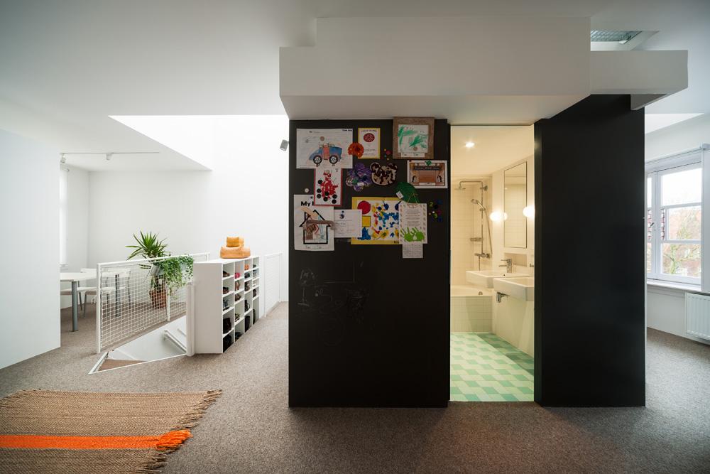 Kamar mandi yang nyaman di tengah apartemen (Sumber: home-designing.com)