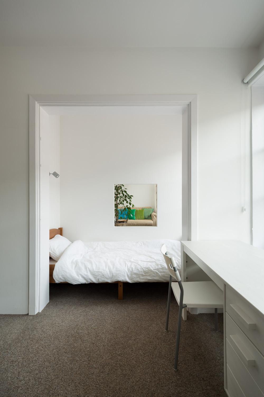 Jendela interior di kamar tidur (Sumber: home-designing.com)