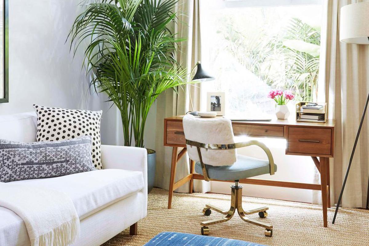 Desain Interior Home office stylish karya Emily Henderson