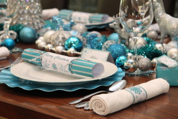Dekorasi Natal dengan tema icy blue (Sumber: lorisdecor.com)