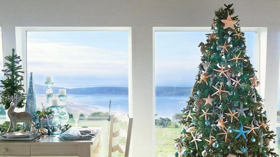 Dekorasi Natal dengan nuansa pantai tropis (Sumber: chartan.co)