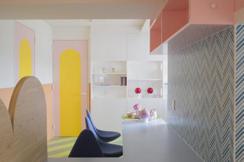 Apartemen dengan palet pastel karya Adam Nathaniel Furman (Sumber: design-milk.com)