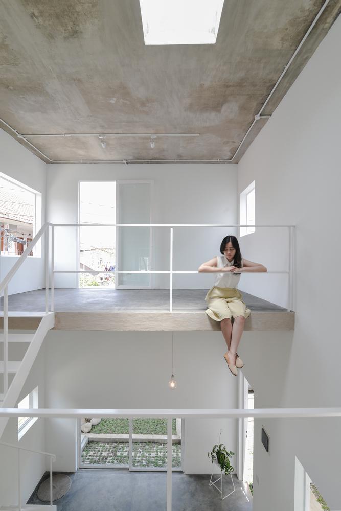 Konsep split level dengan lantai setengah ruangan (Sumber: archdaily.com)