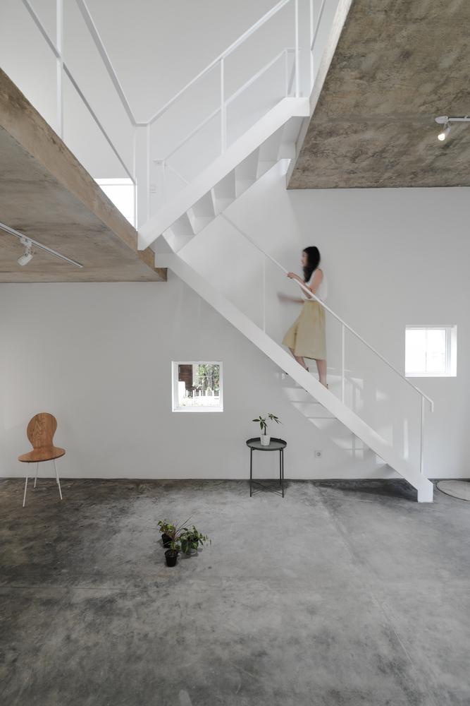 Tangga minimalis yang menghubungkan antar lantai (Sumber: archdaily.com)