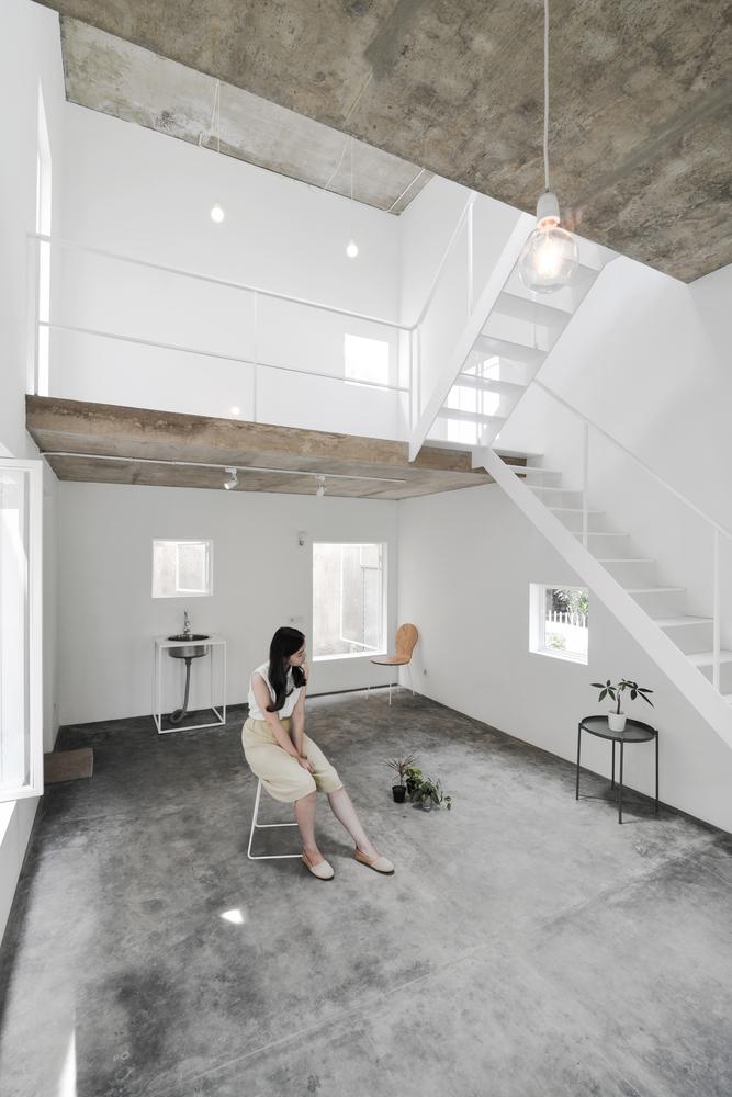 Lantai dasar dengan konsep terbuka (Sumber: archdaily.com)