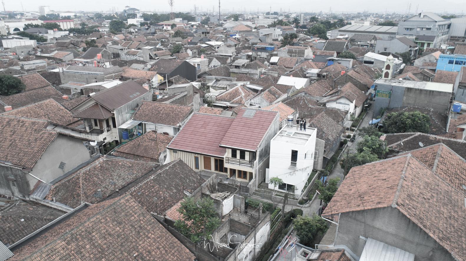 Rumah mikro minimalis di kawasan pemukiman padat dengan model atap datar (Sumber: archdaily.com)