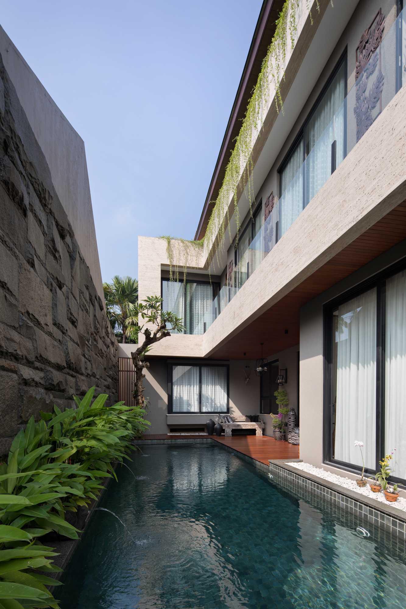 Ruang outdoor dan kolam renang B House karya Gohte Shafuji (Sumber: arsitag.com)